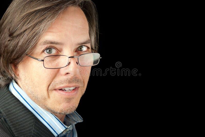 Download O Homem De Negócios Em Vidros De Leitura Olha à Câmera Imagem de Stock - Imagem de envelhecimento, modo: 26516927