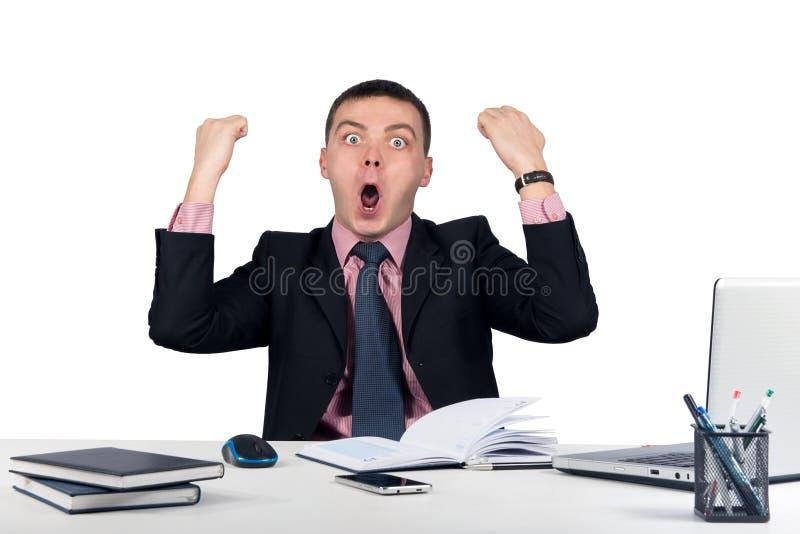 O homem de negócios energético feliz com seus braços aumentou isolado imagens de stock