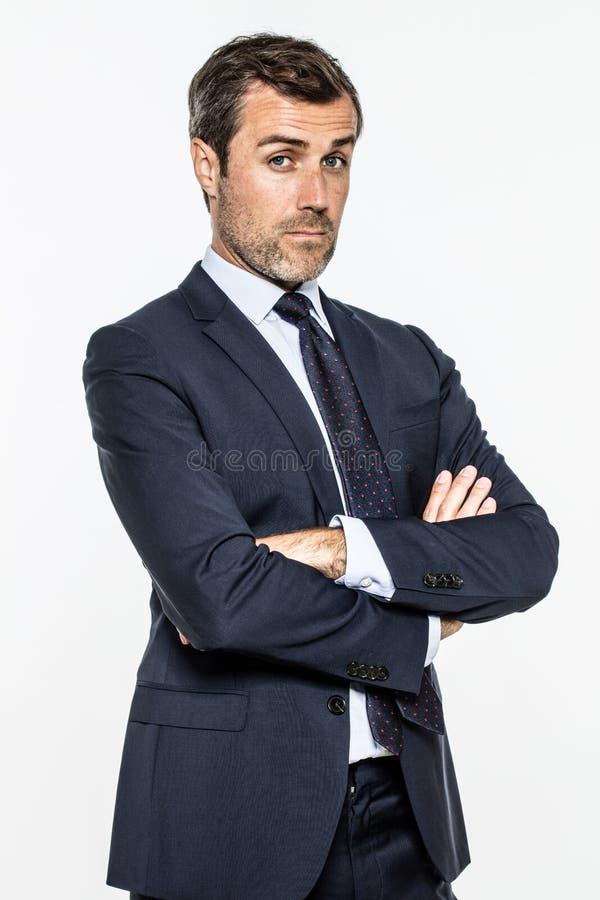 O homem de negócios envelhecido meio do snobe com braços cruzou a posição com arrogância imagens de stock