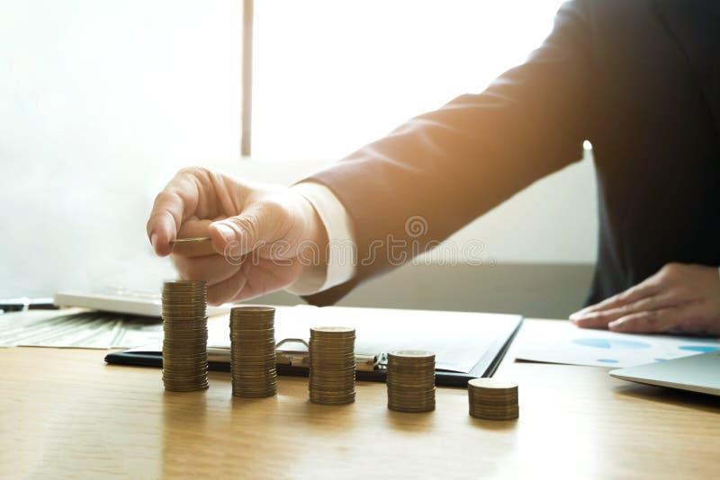 O homem de negócios escolhe moedas na tabela, conta o dinheiro Negócio co fotos de stock
