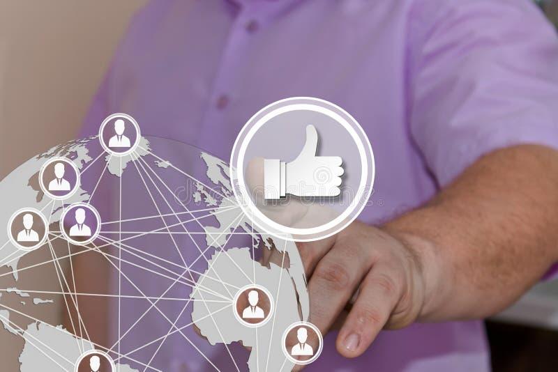 O homem de negócios escolhe os polegares, como no tela táctil com um mapa da rede global Conceito de redes e de l sociais da obte fotos de stock royalty free