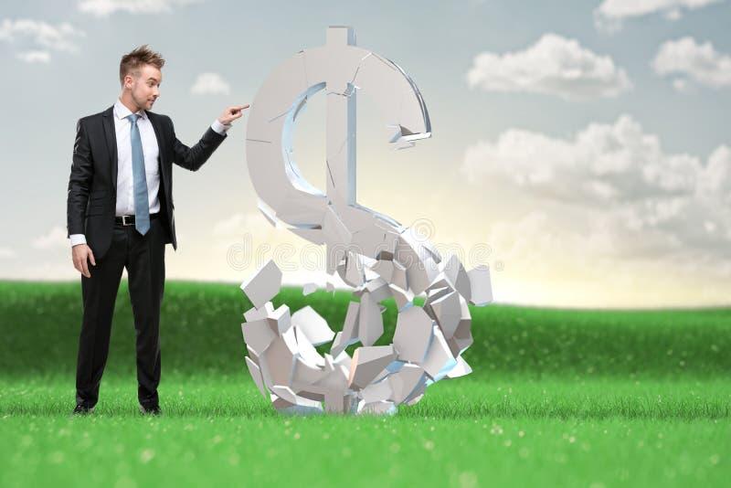 O homem de negócios esperto decide o que fazer com os ativos do rublo fotografia de stock