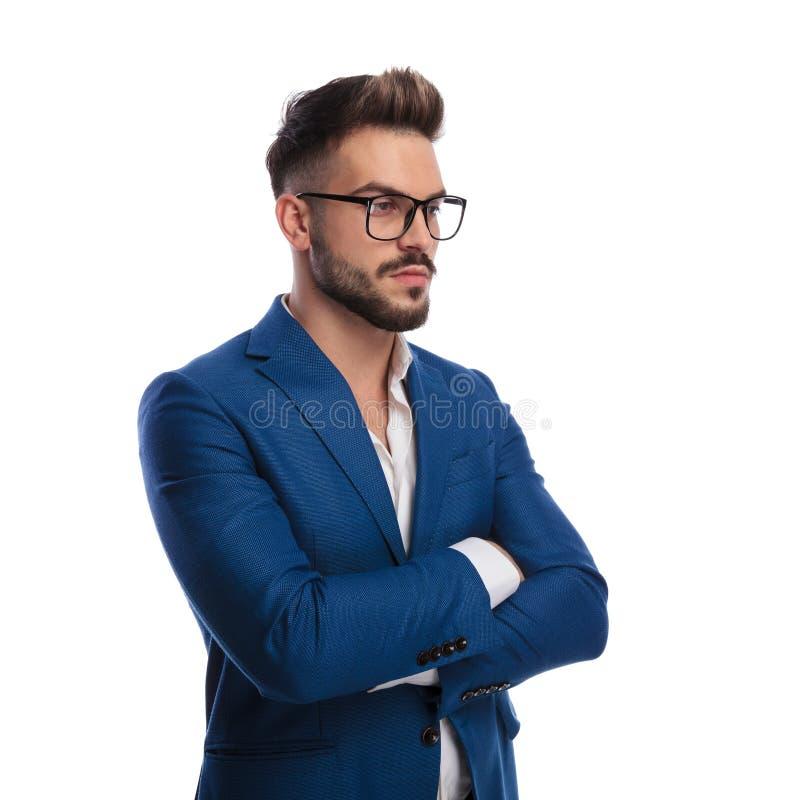O homem de negócios esperto e 'sexy' com mãos cruzou o pensamento imagens de stock