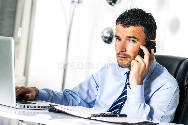 O homem de negócios está chamando fotografia de stock