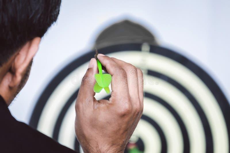 O homem de negócios está jogando dardos para o objetivo adiante Concep do negócio fotografia de stock