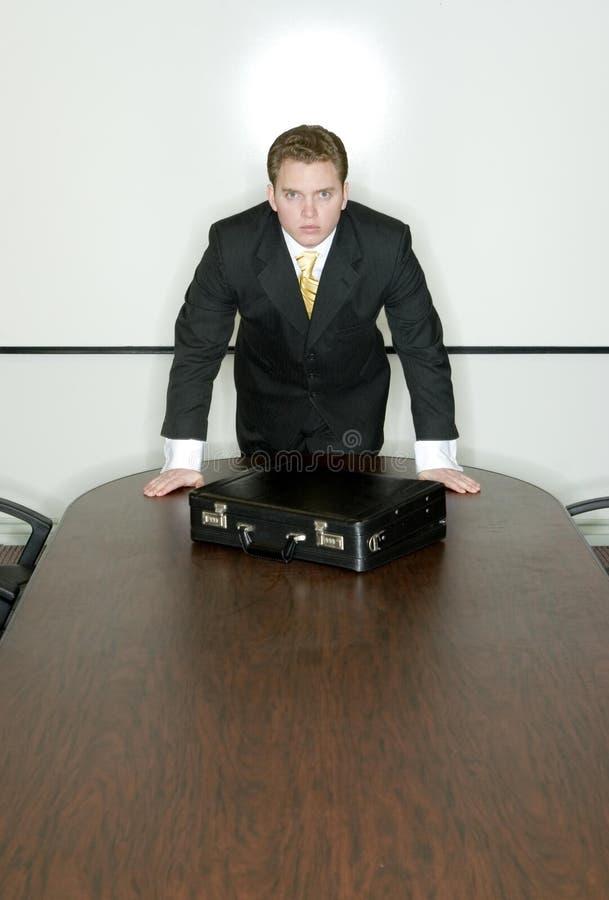 O homem de negócios está na tabela imagens de stock