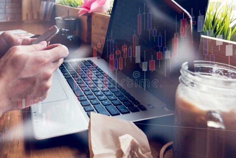O homem de negócios está trabalhando com seu computador na cafetaria com sto imagem de stock royalty free
