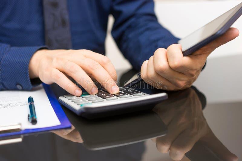 O homem de negócios está usando o tablet pc para obter a informação do int foto de stock royalty free