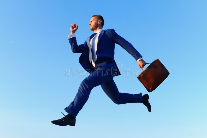 O homem de negócios faz grande para intensificar na escada da carreira fotografia de stock royalty free