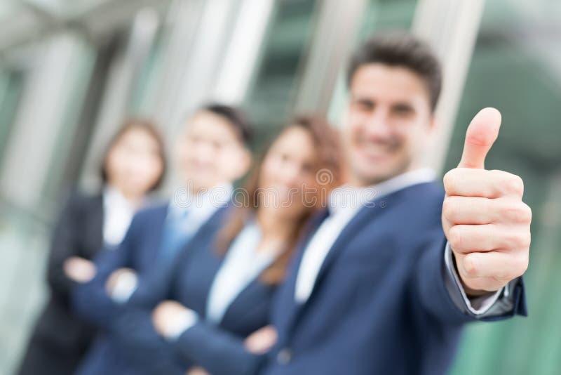 O homem de negócios feliz sorri polegar acima fotografia de stock