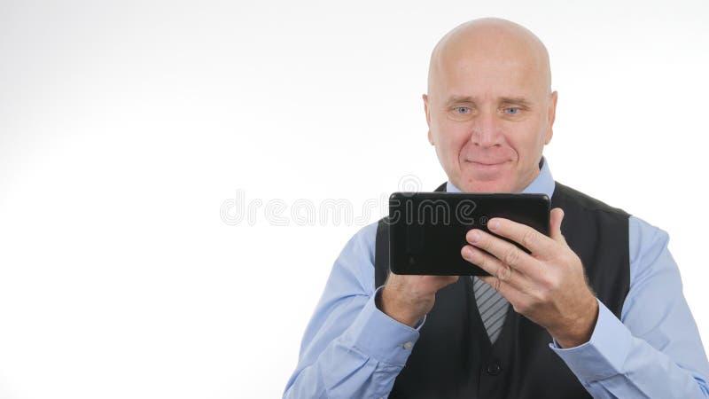 O homem de negócios feliz Working com um sorriso da tabuleta satisfez foto de stock