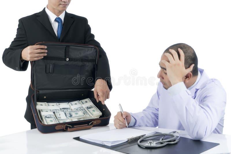 O homem de negócios forçou os contratos injustos do sinal do doutor que estão sendo oferecidos uma grande quantidade de dinheiro imagens de stock