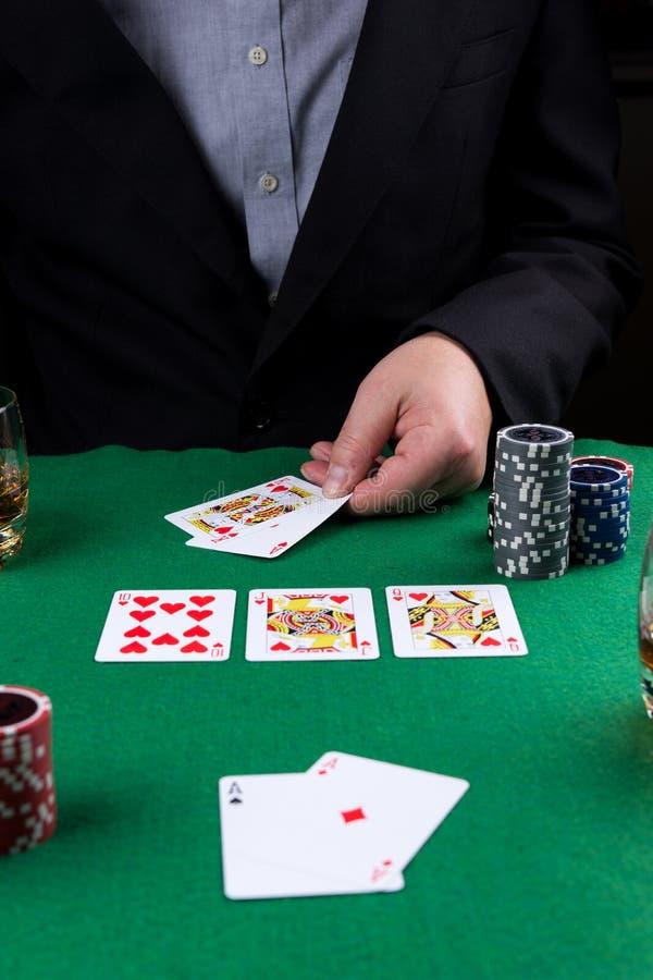 O homem de neg?cios ganha o jogo de p?quer com resplendor real foto de stock royalty free