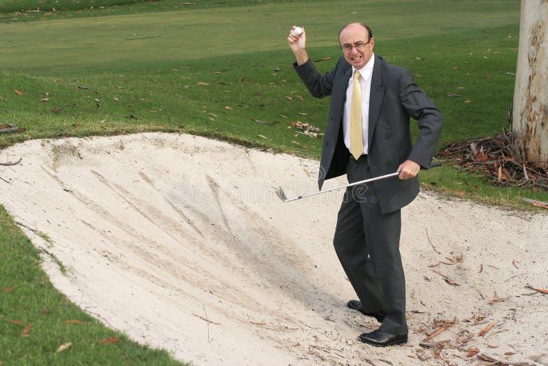 O homem de negócios Golfing encontra a esfera imagens de stock royalty free