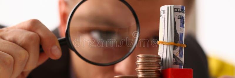O homem de negócios guarda à disposição a lente preta imagem de stock