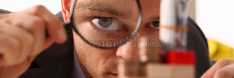 O homem de negócios guarda à disposição a lente preta imagens de stock royalty free