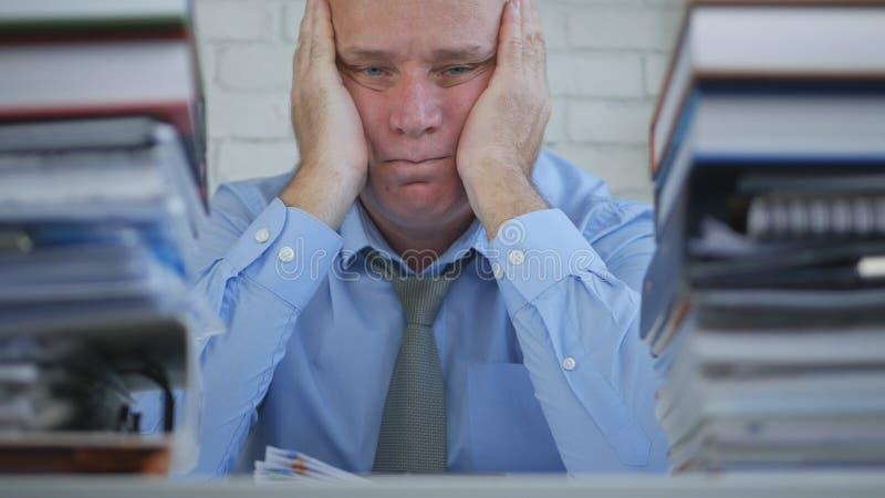 O homem de negócios Image Staying Tired furou e virou na sala do escritório imagens de stock royalty free