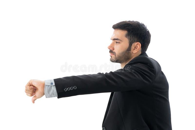 O homem de negócios infeliz ou o homem ocasional que mostram os polegares para baixo ou para não gostar do sinal ou do gesto fura fotos de stock