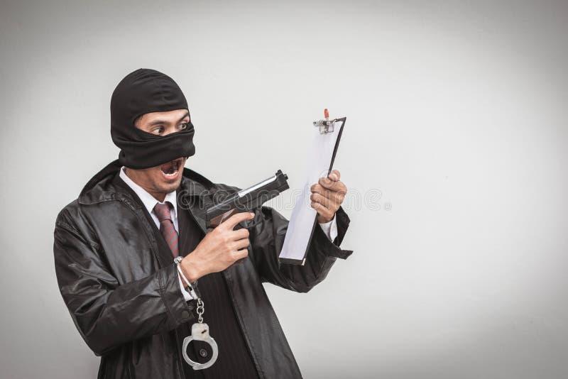 O homem de negócios irritado destruiu os pertences imagem de stock royalty free
