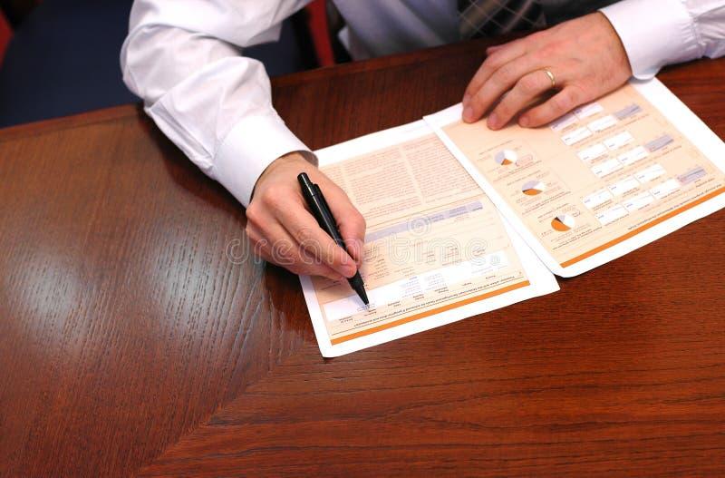 O homem de negócios lê o relatório financeiro 1 fotos de stock royalty free