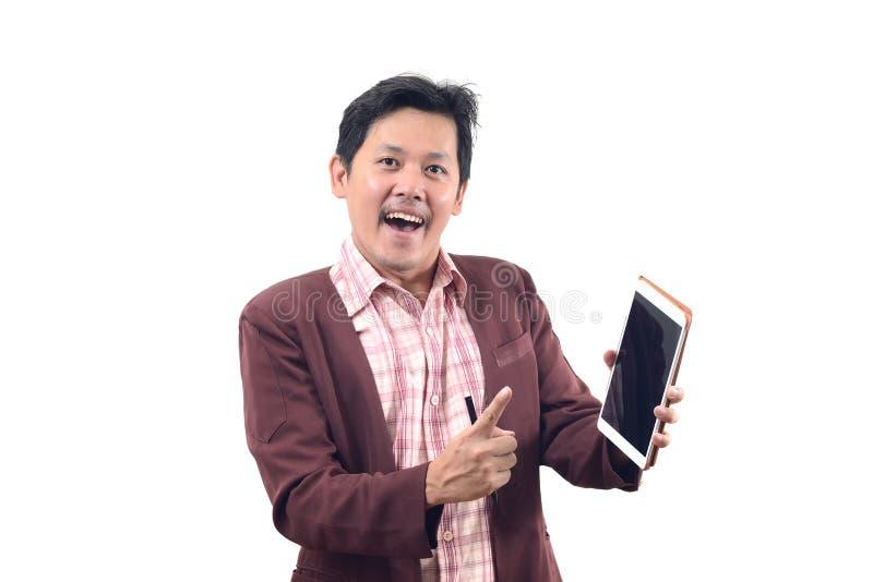 O homem de negócios louco que guarda a tabuleta sugere dentro o isolado da emoção em w foto de stock