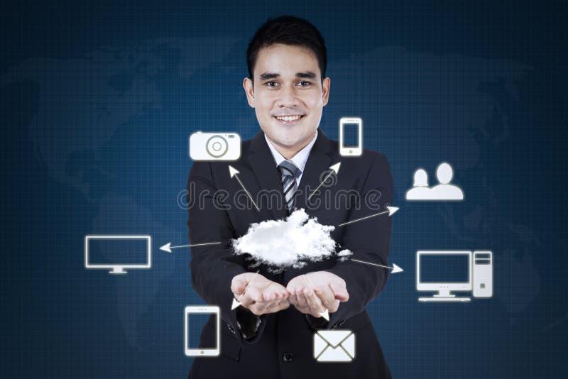 O homem de negócios mostra o ícone de computação da nuvem fotos de stock royalty free