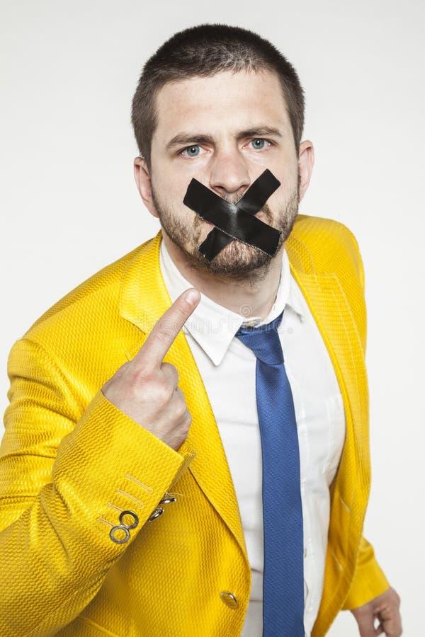 O homem de negócios mostra seus bordos selados, uma conspiração de silêncio fotografia de stock royalty free