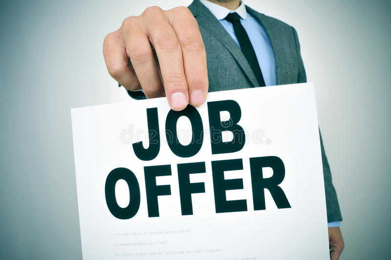 O homem de negócios mostra um quadro indicador com a oferta de trabalho do texto fotografia de stock royalty free