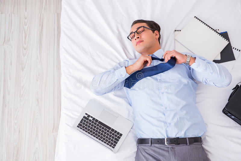 O homem de negócios na sala de hotel durante o curso foto de stock royalty free