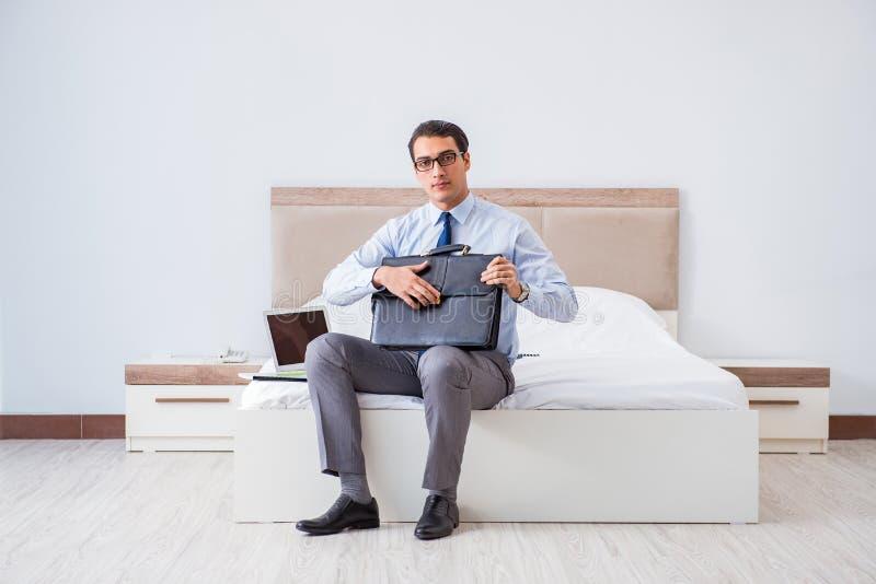 O homem de negócios na sala de hotel durante o curso fotos de stock