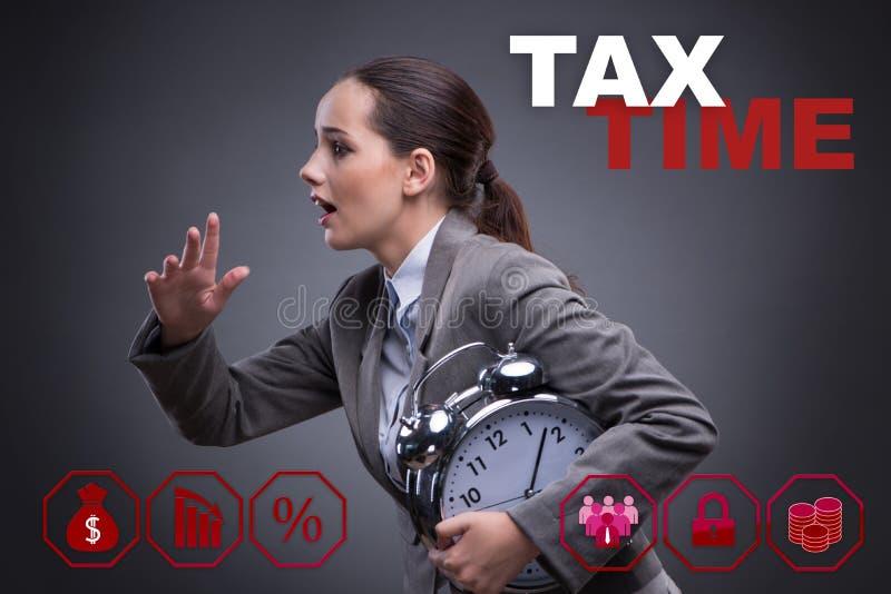 O homem de negócios no conceito atrasado do pagamento de impostos foto de stock royalty free