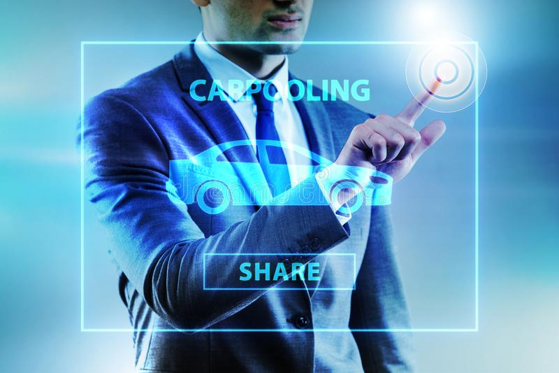 O homem de negócios no conceito carpooling e de carsharing imagem de stock royalty free