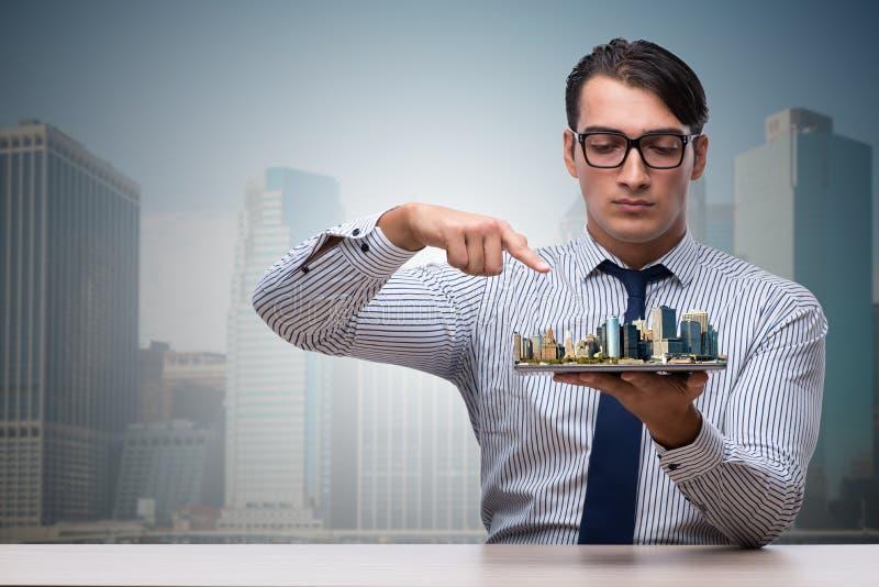 O homem de negócios no conceito do planeamento urbano imagem de stock royalty free