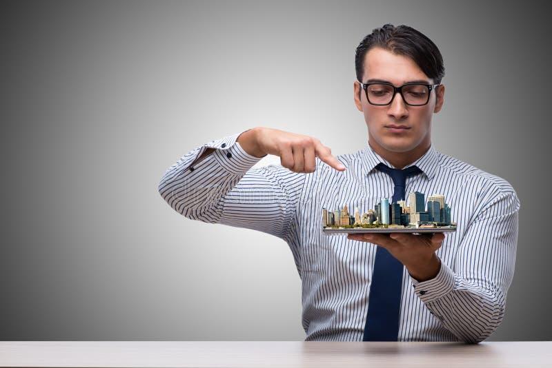 O homem de negócios no conceito do planeamento urbano foto de stock