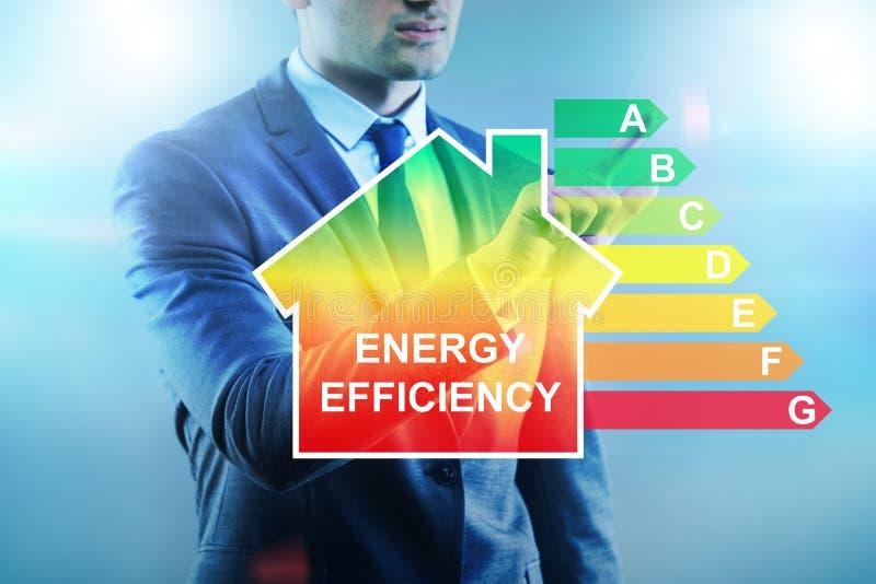 O homem de negócios no conceito do uso eficaz da energia foto de stock