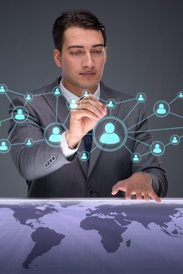 O homem de negócios no conceito social das redes fotos de stock royalty free