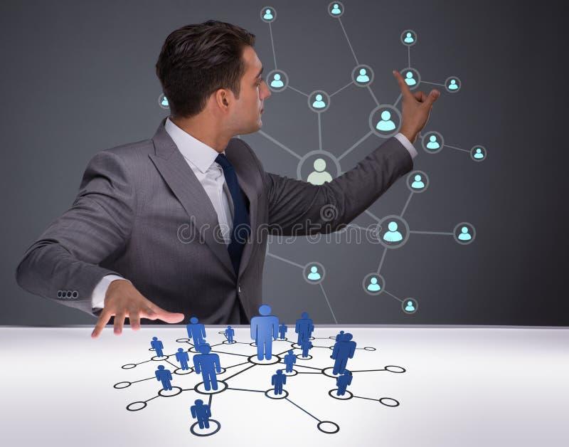 O homem de negócios no conceito social das redes imagens de stock royalty free