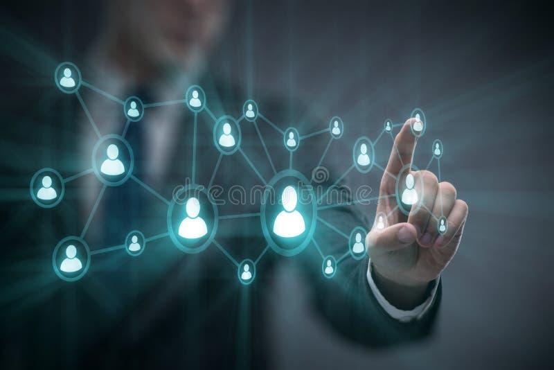 O homem de negócios no conceito social das redes foto de stock