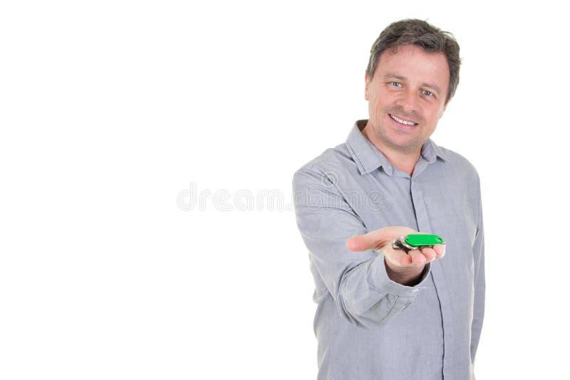 O homem de negócios novo cede chaves com fundo branco do espaço da cópia imagens de stock