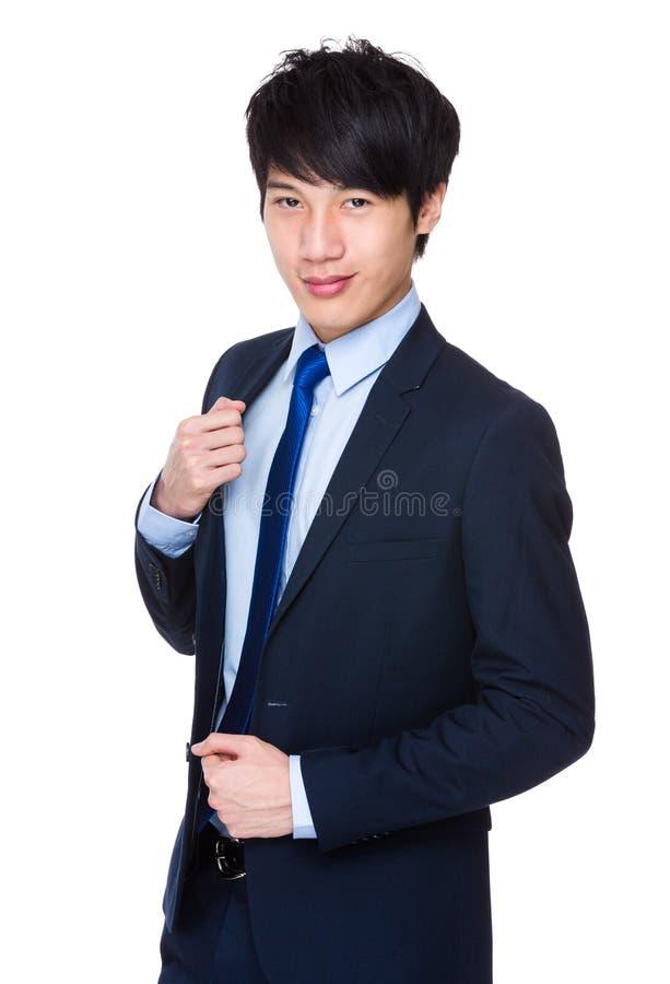 O homem de negócios novo com braços cruzou-se imagens de stock