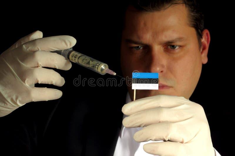 O homem de negócios novo dá-me a uma injeção financeira à bandeira estônia fotografia de stock royalty free