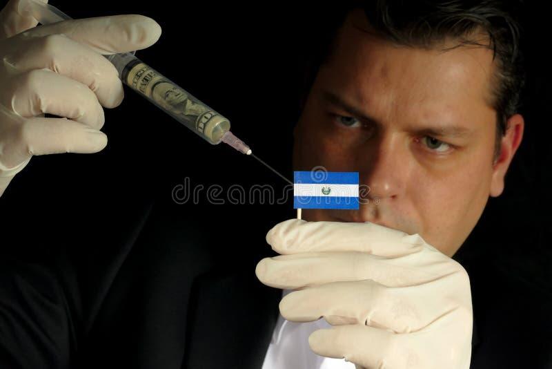 O homem de negócios novo dá uma injeção financeira ao EL f salvadorenho foto de stock royalty free
