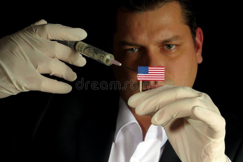 O homem de negócios novo dá uma injeção financeira ao Estados Unidos f fotografia de stock