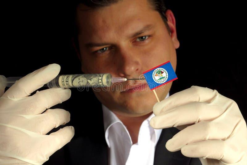 O homem de negócios novo dá uma injeção financeira ao iso da bandeira de Belize imagens de stock royalty free