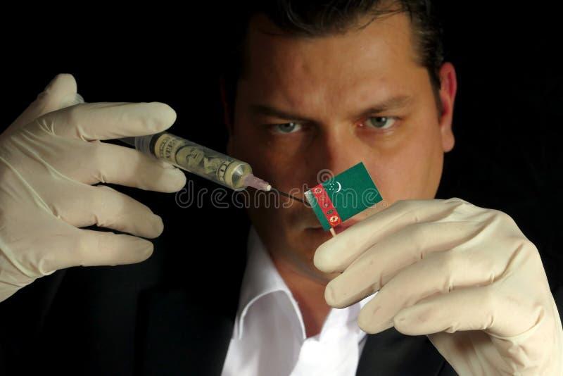 O homem de negócios novo dá uma injeção financeira a Turkmenistani f fotografia de stock