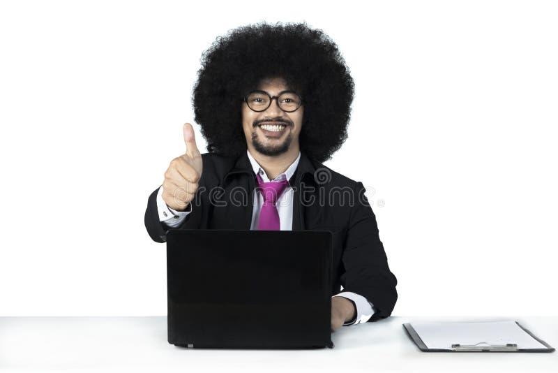 O homem de negócios novo do Afro mostra o polegar acima fotos de stock royalty free