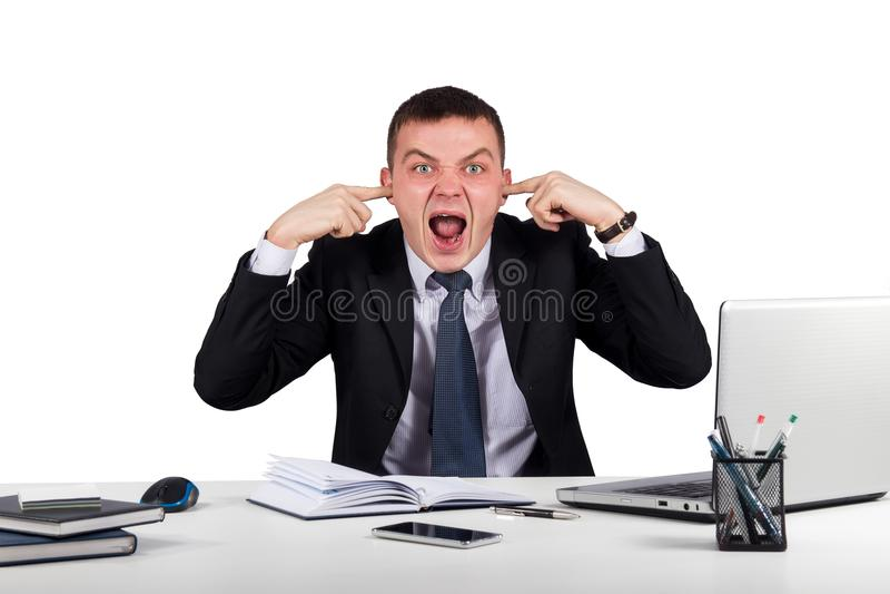 O homem de negócios novo fecha suas orelhas com seus mãos e gritar isoladas no fundo branco imagens de stock