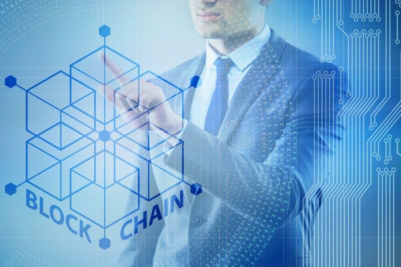 O homem de negócios novo no conceito inovativo do blockchain foto de stock royalty free