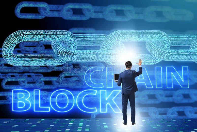 O homem de negócios novo no conceito inovativo do blockchain imagens de stock royalty free