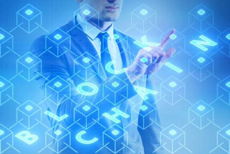 O homem de negócios novo no conceito inovativo do blockchain foto de stock
